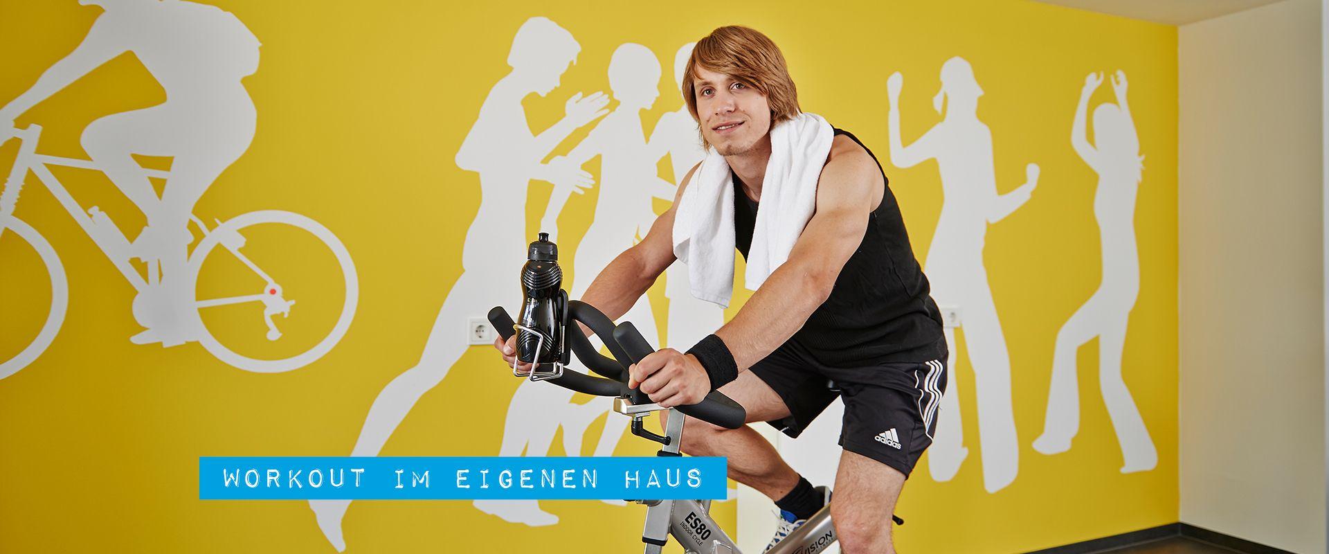 Fitnesstraining im Fitnessraum vom Apartmenthaus SPREEPOLIS in Berlin